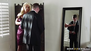 Mature blonde Alura Jenson spreads her feet be advantageous to a younger suitor